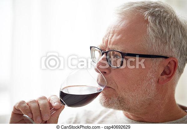 haut, verre, fin, homme aîné, vin buvant