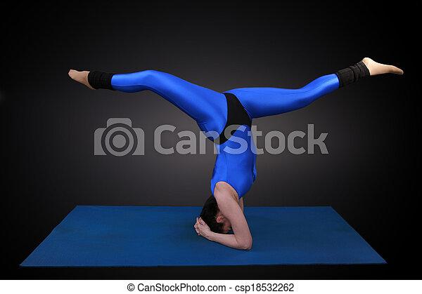 acto de equilibrio de cabeza una mujer haciendo yoga