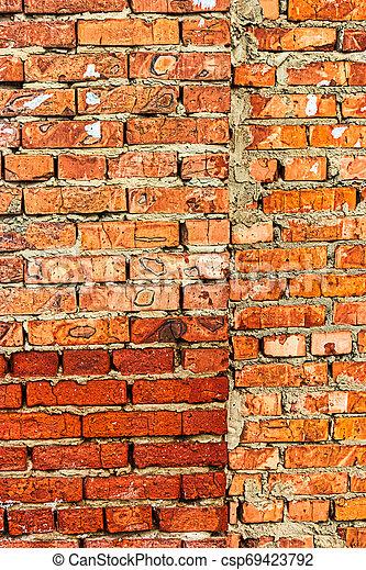 Un muro de ladrillo rojo con un cirter hecho de rojo brillante - csp69423792