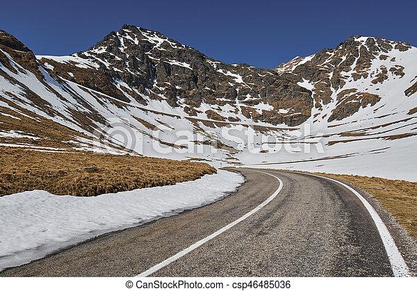hegyek, autóút - csp46485036
