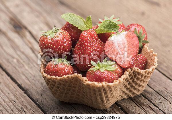 Fresas en taza de helado - csp29324975