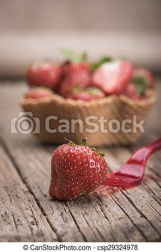 Fresas en taza de helado - csp29324978