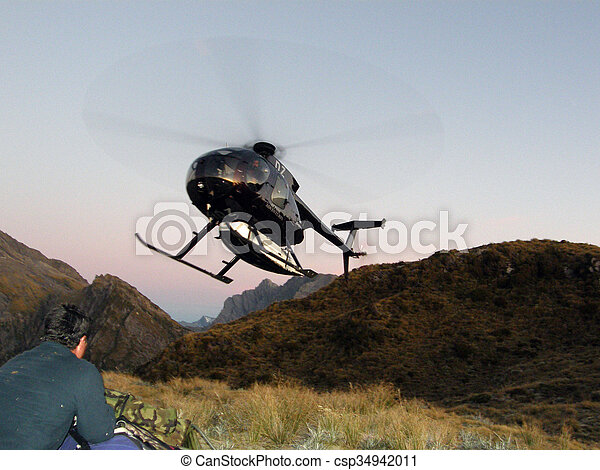 Un helicóptero aterrizando - csp34942011