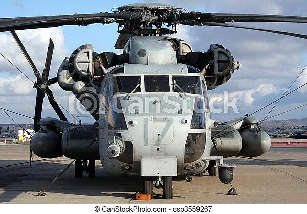Un helicóptero militar - csp3559267