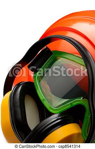 Roter Sicherheitshelm mit Kopfhörern und Schutzbrillen - csp8541314