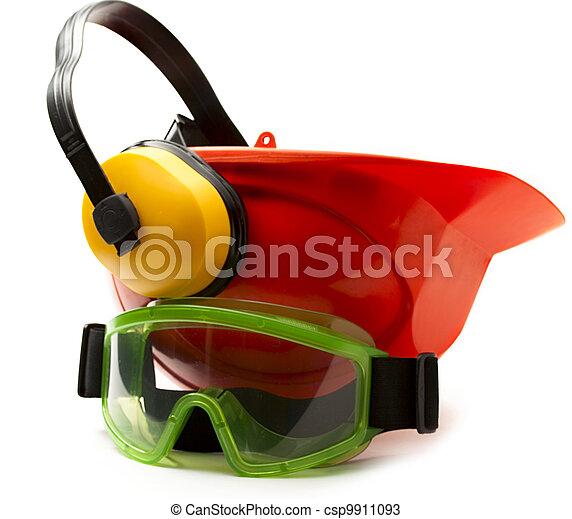Roter Sicherheitshelm mit Kopfhörern und Schutzbrillen - csp9911093