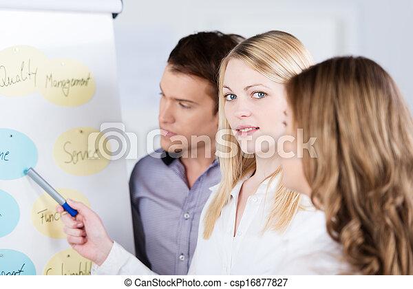 Una joven líder del equipo de negocios - csp16877827