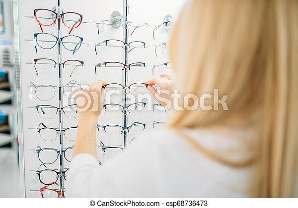 hembra, optometrista, exposiciones, óptica, tienda, anteojos - csp68736473