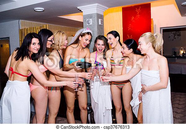 Cheerische Braut und Brautjungfern feiern Henne-Party mit Championa - csp37676313