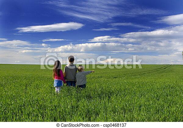 herbe, enfants - csp0468137