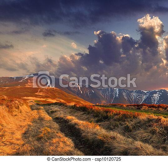 Farbige Herbstlandschaft in den Bergen. Sonnenaufgang - csp10120725