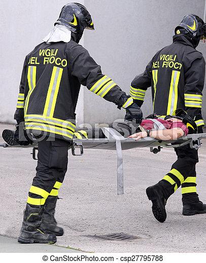 Los bomberos se llevaron a los heridos en camillas - csp27795788