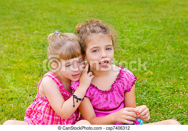 Dos hermanas niñas felices en la hierba - csp7406312