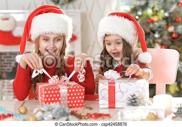 Hermanas con regalos de Navidad - csp42458876