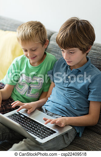 hermanos, computador portatil, joven, dos, computadora, utilizar - csp22409518