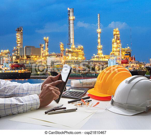 Ingeniería trabajando en la tableta de la computadora contra la hermosa re de aceite - csp21810467