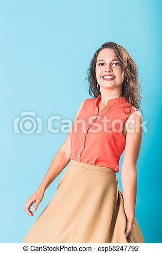 Hermosa y feliz chica adolescente con antecedentes azules - csp58247792