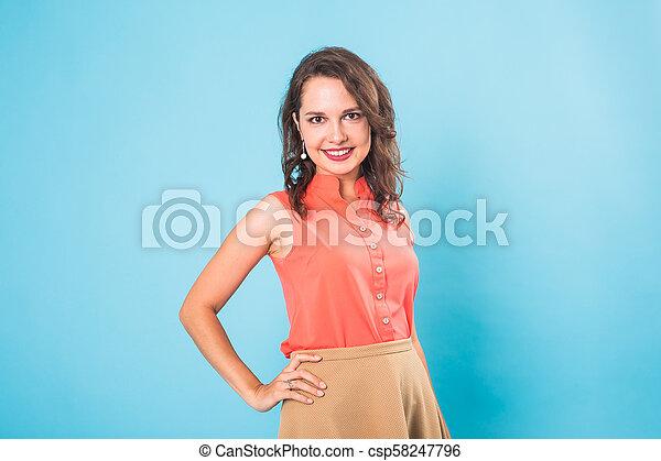Hermosa y feliz chica adolescente con antecedentes azules - csp58247796