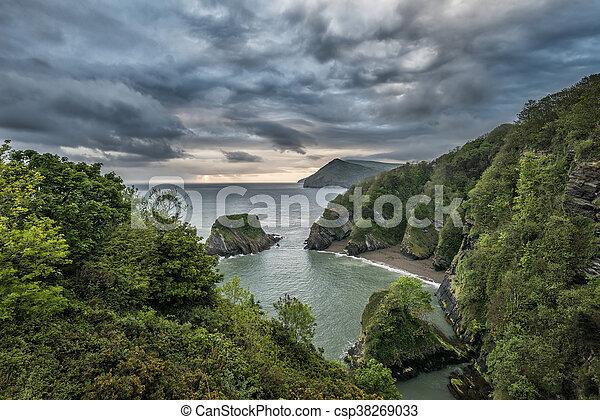 Hermosa imagen dramática del amanecer de una pequeña cueva aislada en Combe Martin Bay - csp38269033