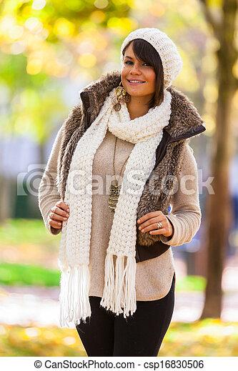 Otoño retrato al aire libre de bella mujer joven, gente caucásica - csp16830506