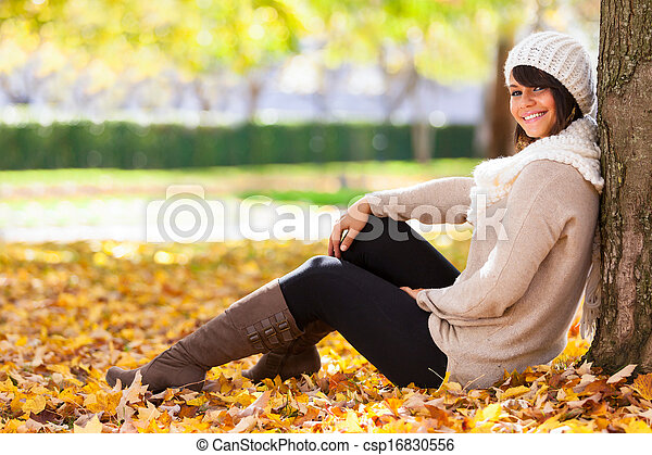 Otoño retrato al aire libre de bella mujer joven, gente caucásica - csp16830556