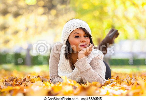 Otoño retrato al aire libre de bella mujer joven, gente caucásica - csp16830545