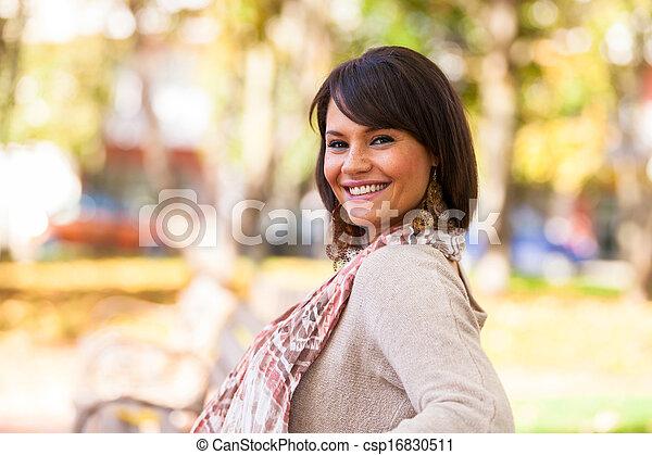 Un retrato al aire libre de hermosa joven, gente blanca - csp16830511