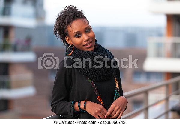 Retrato al aire libre de una joven y hermosa mujer afroamericana - csp36060742