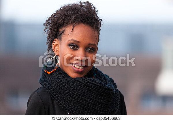 Retrato al aire libre de una joven y hermosa mujer afroamericana - csp35456663