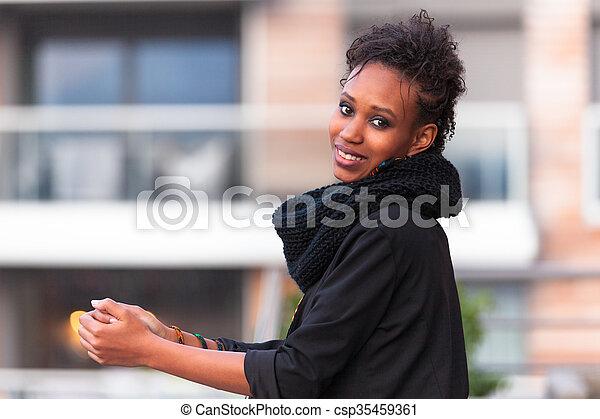 Retrato al aire libre de una joven y hermosa mujer afroamericana - csp35459361