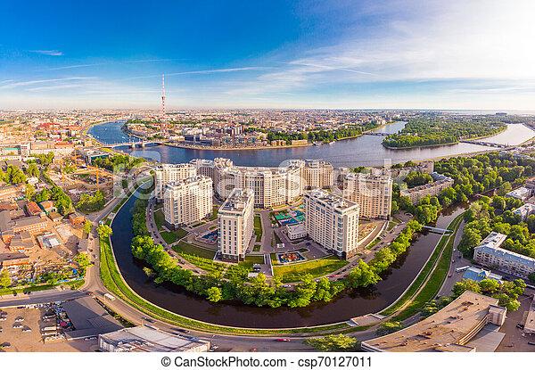Hermosa vista aérea en las noches blancas de San Petersburgo, Rusia, la isla Vasilievskiy al atardecer, columnas rostrales, almirantazgo, puente de palacio, edificio de bolsa. Disparo de drone. - csp70127011
