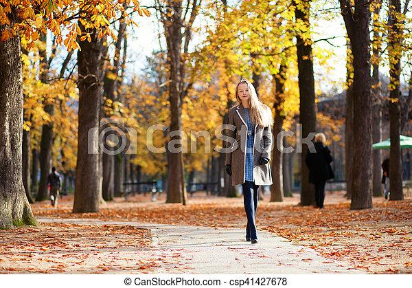 Una chica caminando en un hermoso día de otoño - csp41427678