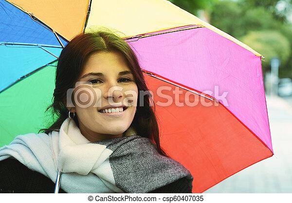 Hermosa mujer bajo un paraguas arcoíris - csp60407035
