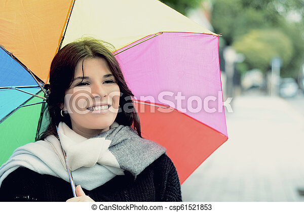 Hermosa mujer bajo un paraguas arcoíris - csp61521853