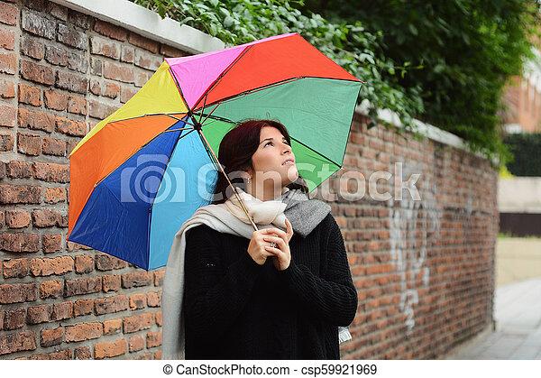 Hermosa mujer bajo un paraguas arcoíris - csp59921969