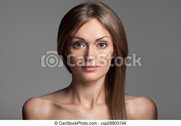 Hermosa mujer rubia. Cabello largo saludable. Maquillaje. - csp28803194