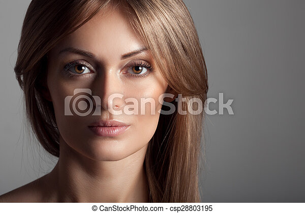 Hermosa mujer rubia. Cabello largo saludable. Maquillaje. - csp28803195