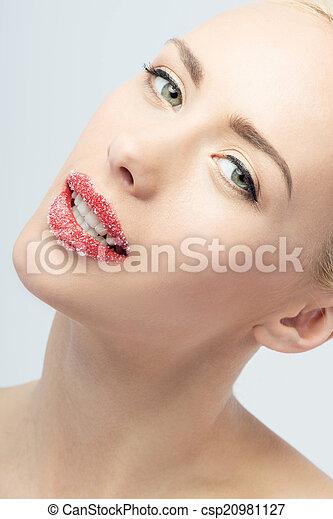 Retrato de rubia sexy y hermosa con labios espolvoreados de azúcar - csp20981127