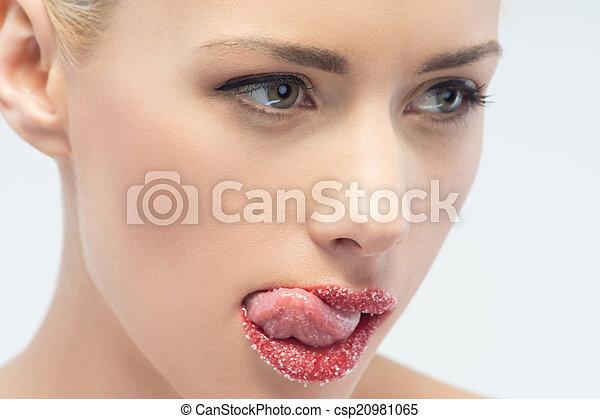 Retrato de rubia sexy y hermosa con labios espolvoreados de azúcar - csp20981065