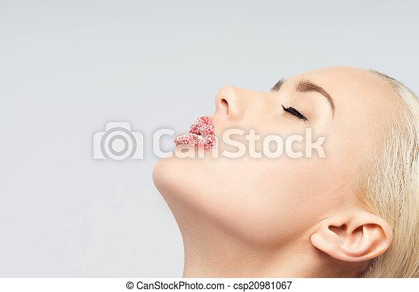 Retrato de rubia sexy y hermosa con labios espolvoreados de azúcar - csp20981067