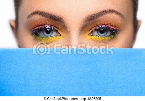Hermoso maquillaje. Hermosas jovencitas con maquillaje mirando de la tela azul - csp16608305