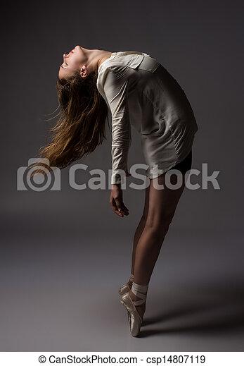 Hermosa bailarina femenina - csp14807119