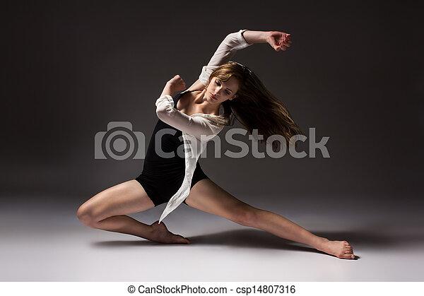 Hermosa bailarina femenina - csp14807316