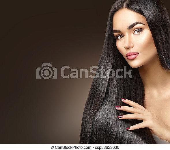 Hermoso cabello largo. Chica modelo de belleza tocando el pelo saludable - csp53623630
