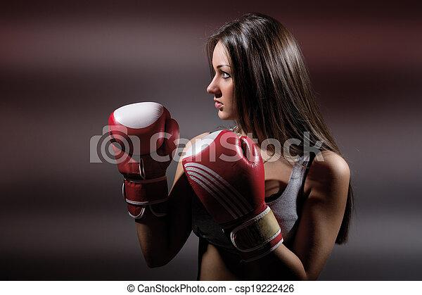 Hermosa chica de boxeo, fitness, en un fondo oscuro - csp19222426