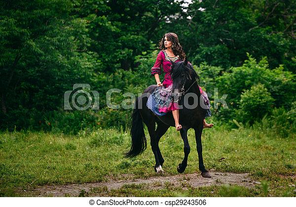 Hermosa mujer en un caballo - csp29243506