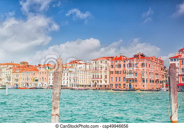 Vistas del canal más hermoso de Venecia - Grandes calles de agua del Canal, barcos, góndolas, mansiones a lo largo. Italia. - csp49946656