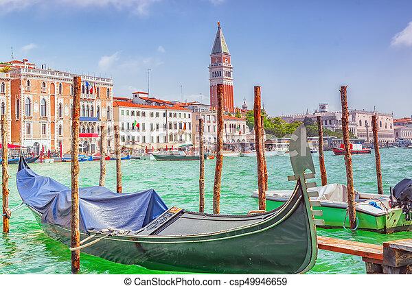Vistas del canal más hermoso de Venecia - Grandes calles de agua del Canal, barcos, góndolas, mansiones a lo largo. Italia. - csp49946659