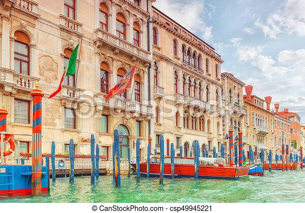 Vistas del canal más hermoso de Venecia - Grandes calles de agua del Canal, barcos, góndolas, mansiones a lo largo. Italia. - csp49945221