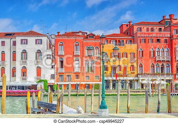 Vistas del canal más hermoso de Venecia - Grandes calles de agua del Canal, barcos, góndolas, mansiones a lo largo. Italia. - csp49945227